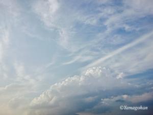 空に墨流しのような白い雲。美しいです。©Yamagohan